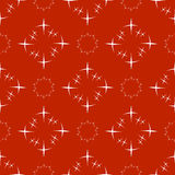 Nahtlose abstrakte weiße Sternchen-Vereinbarung auf rotem Hintergrund Lizenzfreie Stockfotografie