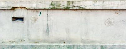 Nahtlose alte Betonmauer mit langen Sprüngen und Moos Lizenzfreie Stockfotografie