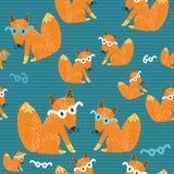 Nahtlose Beschaffenheit mit einem netten kleinen roten Fuchs im gla Lizenzfreie Stockfotos