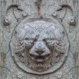 Nahtlose Fotobeschaffenheit des antiken Steinlöwekopfes von defekter Schlosswand lizenzfreie stockfotografie