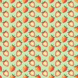 Nahtlose Früchte vector Muster, symmetrischer Hintergrund mit Erdbeeren, ganz und Hälfte, auf dem grünen Hintergrund Stockfoto