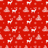 Nahtlose gezeichnete realistische Rene des Weihnachtsmusters Hand, Tannenbäume, Schneeflocken, weißes Schattenbild auf rotem Hint Stockfoto