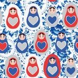 Nahtlose graue russische Puppen des blauen Rotes des Musters auf einem Blumenhintergrund Stockbild