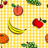 Nahtlose grungy Früchte über gelbem Ginghammuster Stockfotos