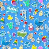 Nahtlose Illustration auf dem Thema der Kindheit und der neugeborenen Babys, Babyzubehör und Spielwaren, einfache Farbaufkleberik Stockbilder