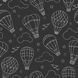 Nahtlose Illustration mit Ballonen, Wolken, Vögeln und Sternen, weiße Konturen auf dunklem Hintergrund Lizenzfreie Stockbilder