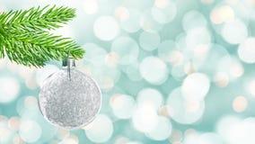 Nahtlose Schleife - silberner Weihnachtsball, der von einer Niederlassung, bewegliche Lichterkette, Video HD hängt stock video footage