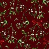 Nahtloser Aquarell Weihnachtshintergrund mit Mistelzweig und rotem Band Lizenzfreie Stockfotografie