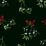 Nahtloser Aquarell Weihnachtshintergrund mit Mistelzweig und rotem Band Lizenzfreie Stockfotos