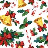 Nahtloser Aquarell Weihnachtshintergrund mit Stechpalme, goldenen Glocken, Zuckerstange und rotem Band Lizenzfreie Stockfotografie