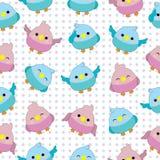 Nahtloser Hintergrund der Babypartyillustration mit netten Vogelbabys auf rosa und blauem Tupfenhintergrund Lizenzfreie Stockbilder