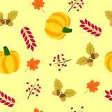 Nahtloser Hintergrund des Herbstes mit Kürbis, Eicheln und Blättern des Ahorns Lizenzfreies Stockfoto