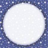Nahtloser Hintergrund des Winters mit flachen weißen Schneeflocken auf einem Blau lizenzfreie abbildung