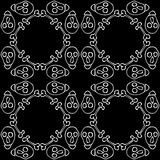 Nahtloser Hintergrund gemacht von den Schädeln und von den Knochen in Schwarzweiss Lizenzfreies Stockbild