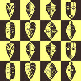 Nahtloser Hintergrund mit afrikanischen Ritualmasken Stockbilder