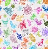 Nahtloser Hintergrund mit lustigen Vögeln und Blumen Stockfoto