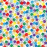 Nahtloser Hintergrund mit mehrfarbigen handprints Stockfoto