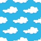 Nahtloser Hintergrund mit netten Karikaturwolken Stockfoto