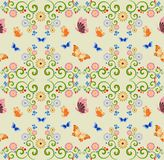 Nahtloser Hintergrund mit Schmetterlingen und Blumen Stockfoto