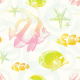 Nahtloser Hintergrund mit tropischen Fischen Stockbilder