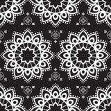 Nahtloser Muster mehndi Hintergrund mit Blumen in der indischen Art mit Spitze buta Dekorationseinzelteilen auf schwarzem Hinterg Stockfotografie