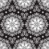 Nahtloser Muster mehndi Hintergrund mit Blumen und Spitze buta Dekorationseinzelteilen auf schwarzem Hintergrund Lizenzfreies Stockfoto