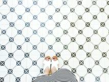 Nahtloser Musterboden mit den Frauenbeinen Stockbilder
