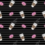 Nahtloser Musterdonut und -kaffee auf gestreiftem schwarzem Hintergrund Lizenzfreies Stockbild