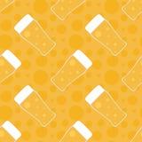 Nahtloser Musterhintergrund Oktoberfest mit Biergläsern Stockbilder