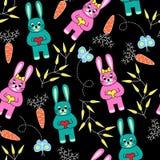 Nahtloser schwarzer Hintergrund mit Kaninchen Stockfotos
