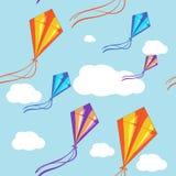 Nahtloser Vektorhintergrund mit bunten Drachen im blauen Himmel Nahtloses Muster Lizenzfreie Stockfotos