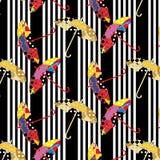 Nahtloses abgestreiftes Schwarzweiss-Muster mit bunten Patchworkregenschirmen Stockfoto