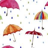 Nahtloses Aquarellmuster Regenschirme und Regentropfen auf weißem Hintergrund Stockfotos