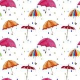 Nahtloses Aquarellmuster Regenschirme und Regentropfen auf weißem Hintergrund Lizenzfreies Stockbild