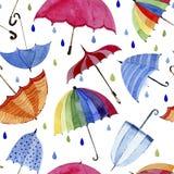Nahtloses Aquarellmuster Regenschirme und Regentropfen auf weißem Hintergrund Stockfotografie