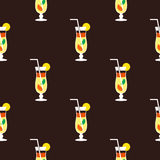 Nahtloses Cocktailmuster auf einem braunen Hintergrund Lizenzfreie Stockfotos