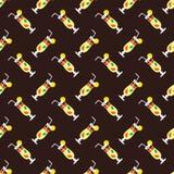 Nahtloses Cocktailmuster auf einem braunen Hintergrund Lizenzfreies Stockbild