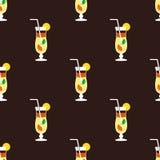 Nahtloses Cocktailmuster auf einem braunen Hintergrund Lizenzfreies Stockfoto