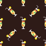 Nahtloses Cocktailmuster auf einem braunen Hintergrund Stockfoto