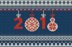 Nahtloses gestricktes Muster der frohen Weihnachten und des neuen Jahres mit Weihnachtsbällen, -schneeflocken und -tanne Skandina Lizenzfreie Stockfotos