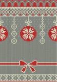 Nahtloses gestricktes Muster der frohen Weihnachten und des neuen Jahres mit Weihnachtsbällen, -schneeflocken und -tanne Skandina Stockbilder