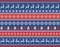 Nahtloses gestricktes Muster der frohen Weihnachten und des neuen Jahres mit Weihnachtsbällen, -schneeflocken und -tanne Skandina Lizenzfreies Stockfoto