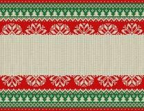 Nahtloses gestricktes Muster der frohen Weihnachten und des neuen Jahres mit Weihnachtsbällen, -schneeflocken und -tanne Skandina Lizenzfreie Stockbilder