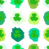 Nahtloses Grün gemalte Shamrocks Stockfotos