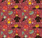 Nahtloses Halloween-Muster mit Kindern in den Kostümen Hexen- und Kürbishintergrund Lizenzfreie Stockbilder
