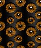 Nahtloses Halloween-Muster mit Spinnen in den Löchern über Dunkelheit Lizenzfreie Stockfotografie
