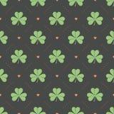 Nahtloses irisches grünes Muster mit Klee und Herz auf einem dunkelgrauen Hintergrund Stockbilder