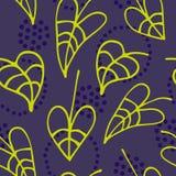 Nahtloses mit Blumenmuster mit der gezeichneten Hand verlässt auf dunklem Hintergrund Lizenzfreies Stockbild
