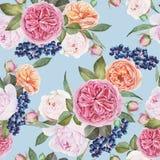 Nahtloses mit Blumenmuster mit Aquarellrosen, Pfingstrosen, schwarze Ebereschenbeeren auf blauem Hintergrund Stockfoto