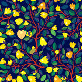 Nahtloses mit Blumenmuster mit gelben Blumen auf dunkelblauem lizenzfreie abbildung